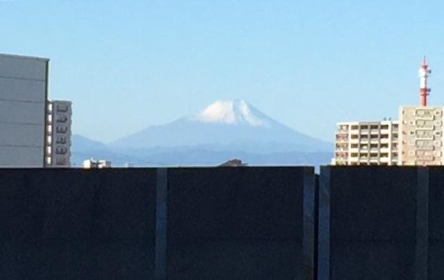 冠雪した富士山。さいたまスーパーアリーナから(2017年11月12日)