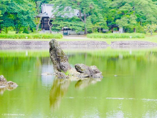 平泉毛越寺浄土庭園の池中立石