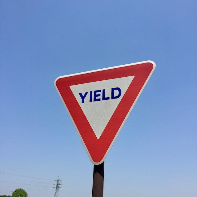 「YIELD」は道を譲れの意味
