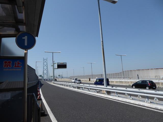 高速バス乗り場の直ぐ向こうは、明石海峡大橋