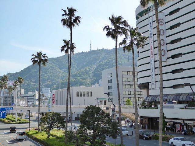 徳島駅前の歩道橋からも眉山が見える