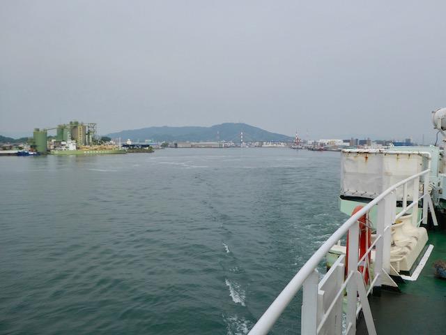 徳島港を出港。眉山も見えます