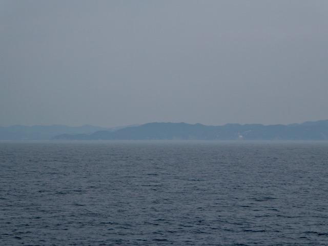 南海フェリーから左手に淡路島が見えます