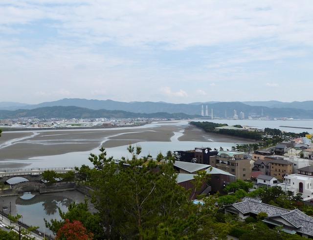 和歌浦の奠供山頂上からの片男波の砂嘴を眺める