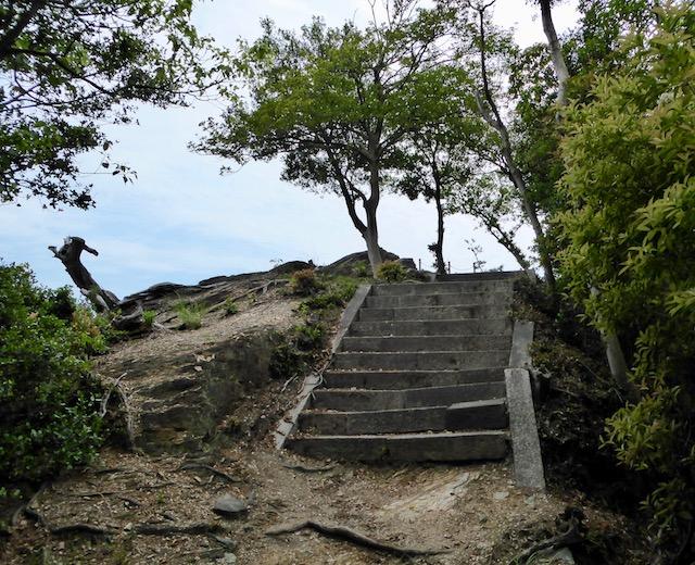 和歌浦の鏡山の頂上へ