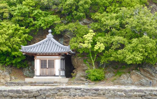 和歌浦の妹背山にある経王堂