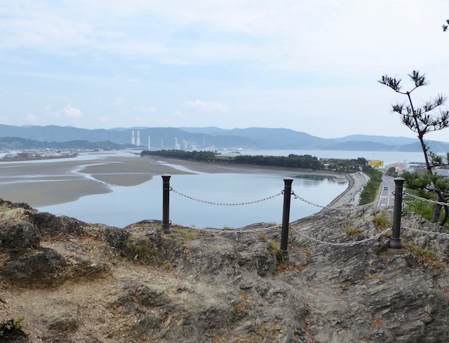 鏡山の頂上から片男波の砂嘴を眺める
