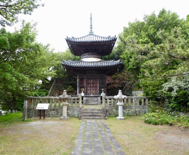 和歌浦の妹背山に建つ海禅院多宝塔