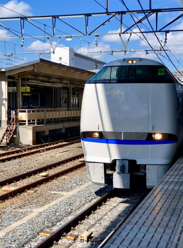 京都駅の0番ホームに到着する特急サンダーバード号