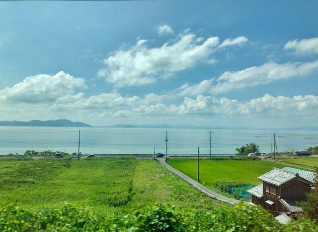 特急サンダーバード号の車窓からずーっと見える琵琶湖の景色