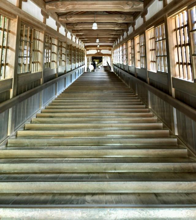 永平寺の法堂へ続く長い階段