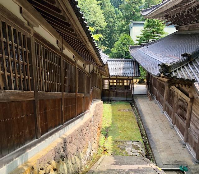 法堂から階段を下っていくと永平寺の庫院