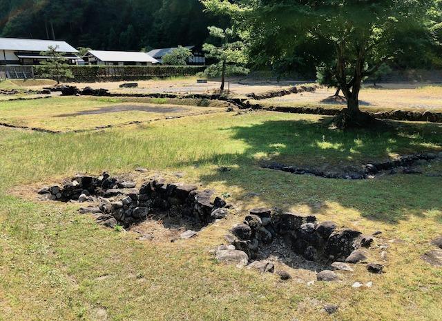 一乗谷朝倉氏遺跡の復原町並の武家屋敷跡の中の穴