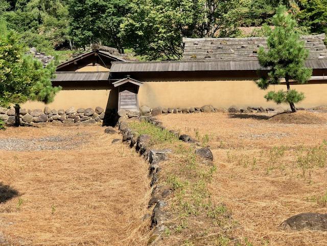 一乗谷朝倉氏遺跡の復原町並の武家屋敷の土塀
