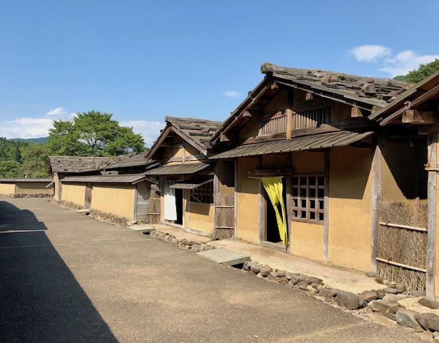 一乗谷朝倉氏遺跡の復原町並の通りから町家を眺める