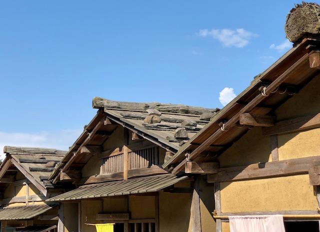 一乗谷朝倉氏遺跡の復原町並の屋根は板屋根