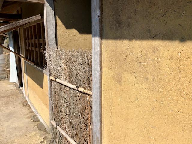 一乗谷朝倉氏遺跡の復原町並の町家の外壁は荒土壁で塗られている