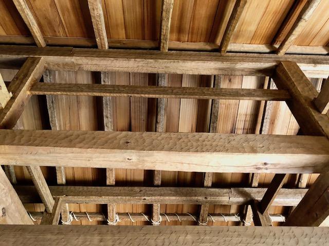 一乗谷朝倉氏遺跡の復原町並の町家の梁には削り跡が残る