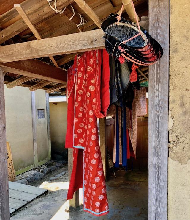 一乗谷朝倉氏遺跡の復原町並の町家の裏手に着物や冑が陰干しされていました
