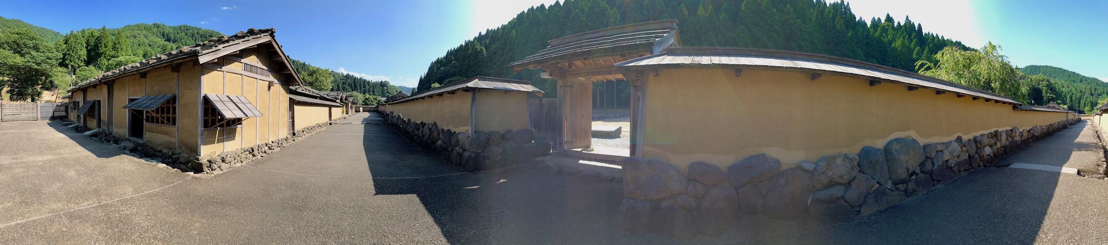 一乗谷朝倉氏遺跡の復原町並の通りのパノラマ写真
