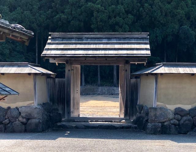 一乗谷朝倉氏遺跡の復原町並の西側の武家屋敷の門