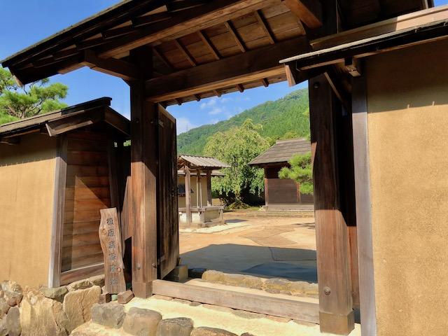 一乗谷朝倉氏遺跡の復原町並の東側の武家屋敷の門