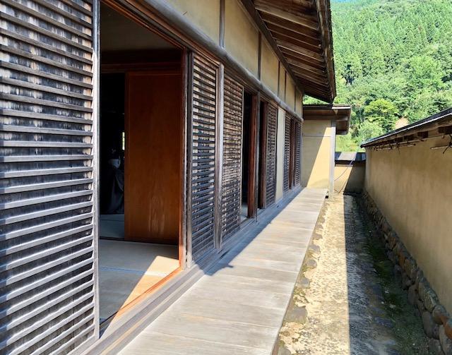 一乗谷朝倉氏遺跡の復原町並の武家屋敷の中で、塀中門の向こうは主殿