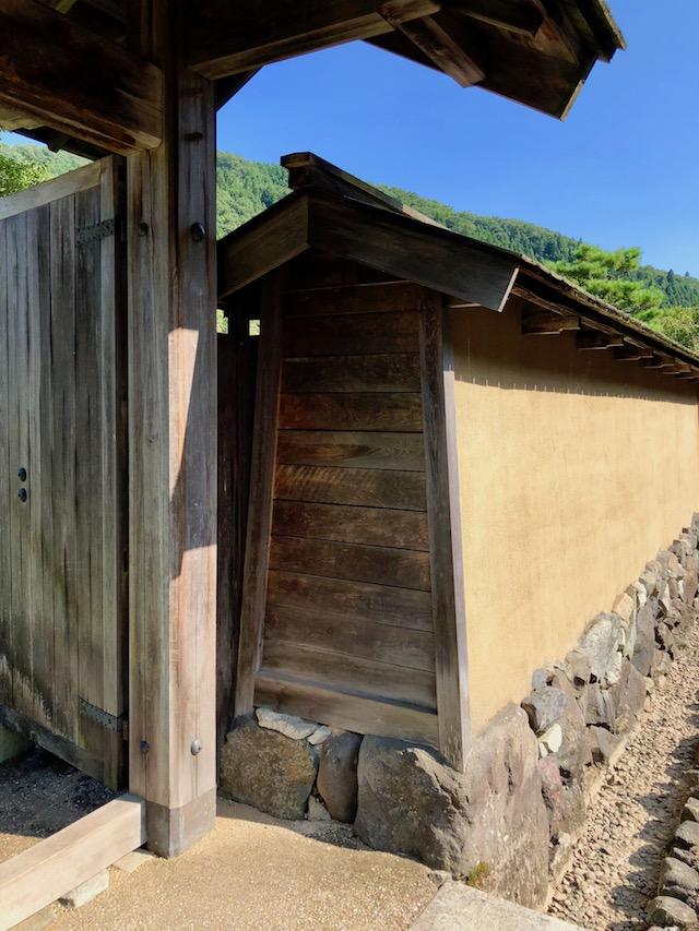 一乗谷朝倉氏遺跡の復原町並の武家屋敷の塀