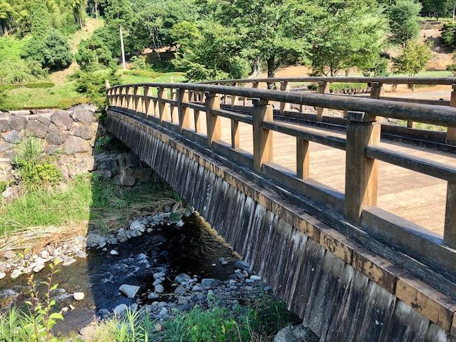 一乗谷の一乗川に掛かる橋を渡って朝倉館跡へ