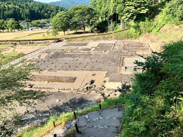 一乗谷の湯殿跡庭園への途中からは朝倉義景館の跡を上から眺めることができる