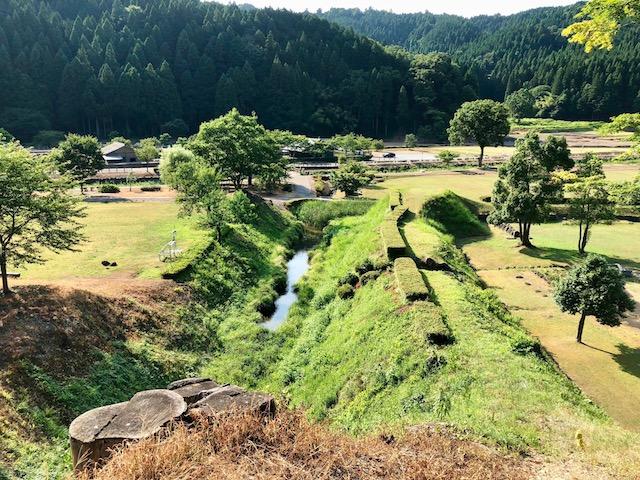一乗谷朝倉氏遺跡の湯殿跡庭園から中の御殿跡へ向かう途中の谷