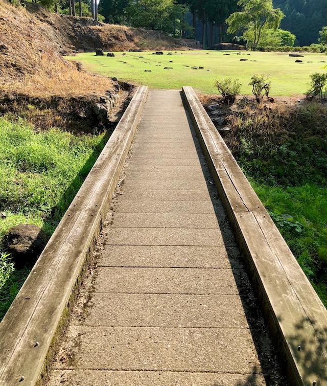 一乗谷朝倉氏遺跡の湯殿跡庭園から中の御殿跡へ向かう途中の谷は橋で渡ります