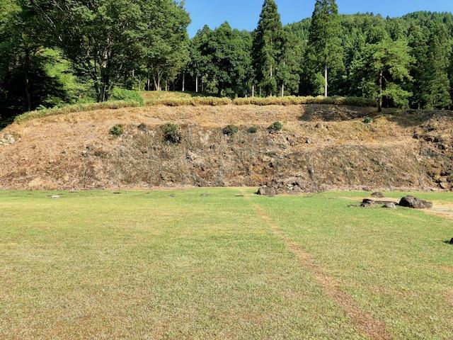 一乗谷朝倉氏遺跡の中の御殿跡から高台にも遺構が続く