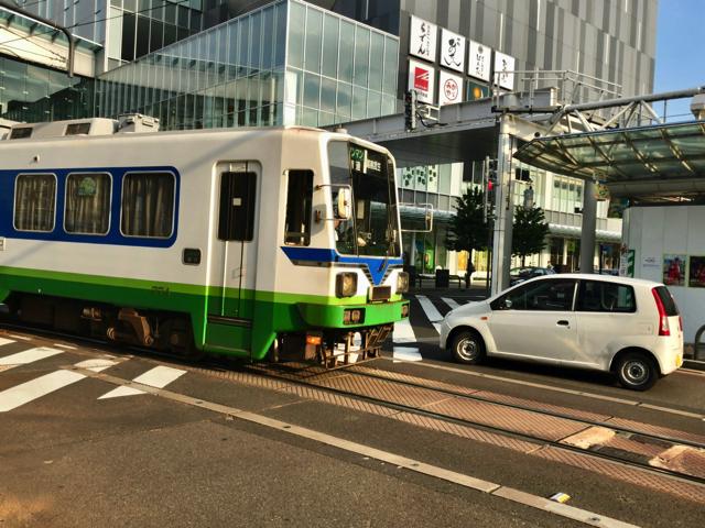 福井駅西口では、福井鉄道という路面電車が走っています