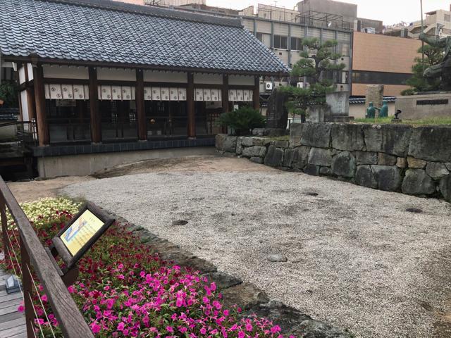北ノ庄城址の柴田勝家像の正面には日向門の礎石の痕跡