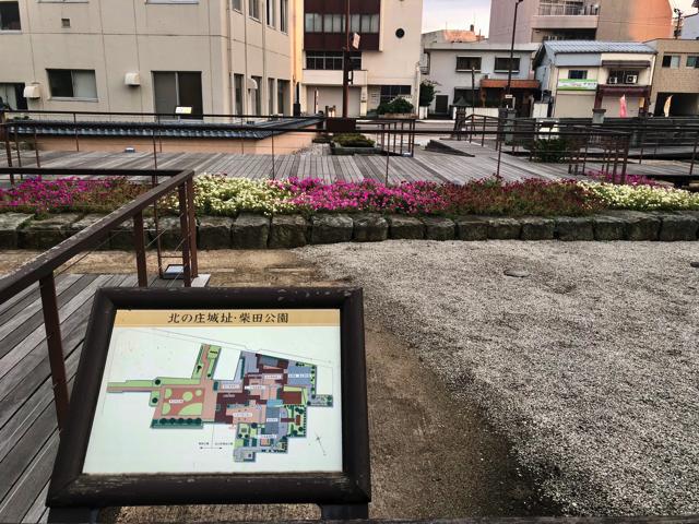 北ノ庄城址の柴田勝家像の左横から、城の橋通り方向の景色