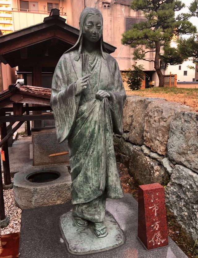 北ノ庄城址に隣接する柴田神社のお市の方像