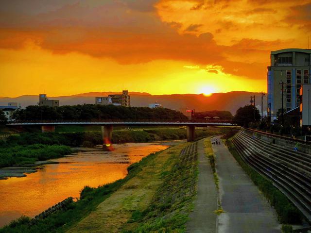 足羽川の向こうの山に陽が沈むタイミング