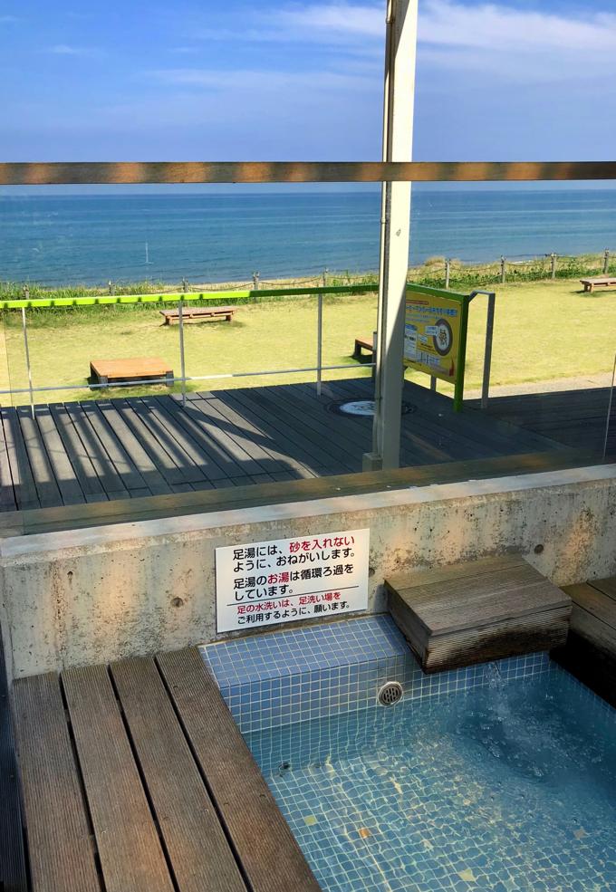 のと里山海道の高松サービスエリアの足湯は海を見ながら入ることができます。