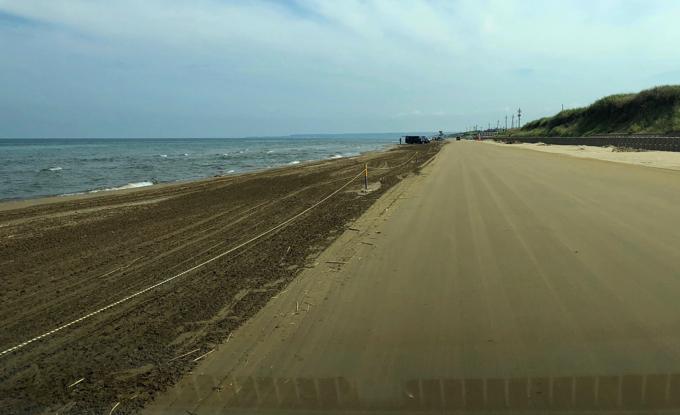 日本で唯一、車で走ることができる砂浜。千里浜なぎさドライブウェイ