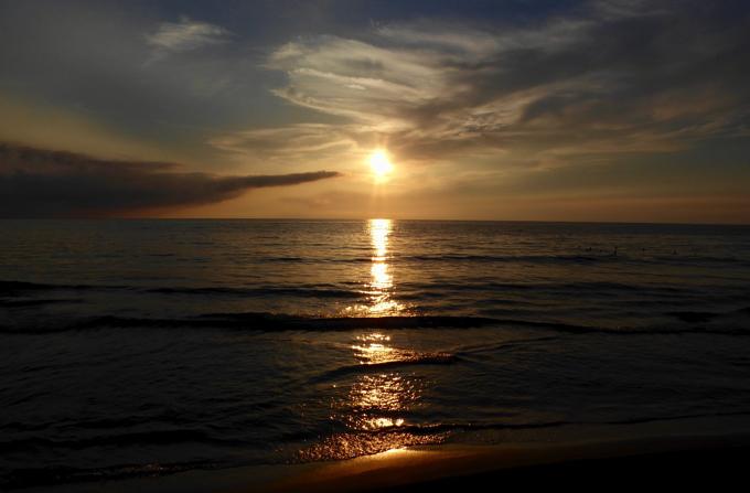 千里浜の日本海に沈む夕陽