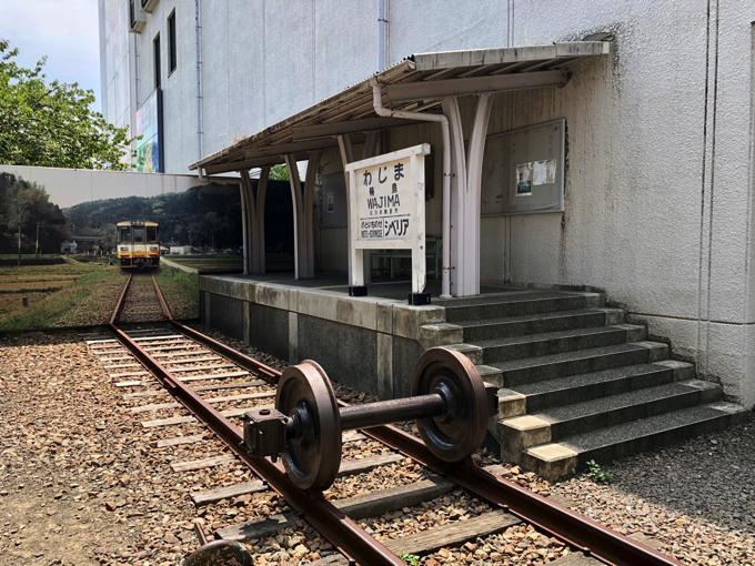 道の駅輪島ふらっと訪夢の線路とホームと駅名標
