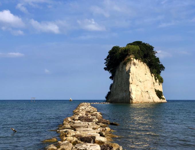 海の青、空の青、島の緑と白い岩肌の見附島