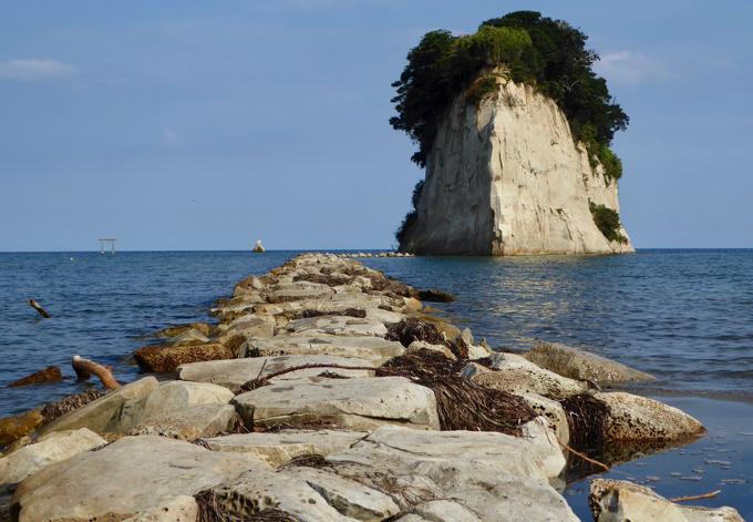 見附島までは、石が埋められて道が作られています