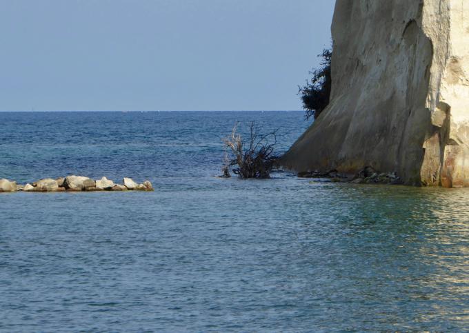 見附島への石の道は島の手前で途切れてました