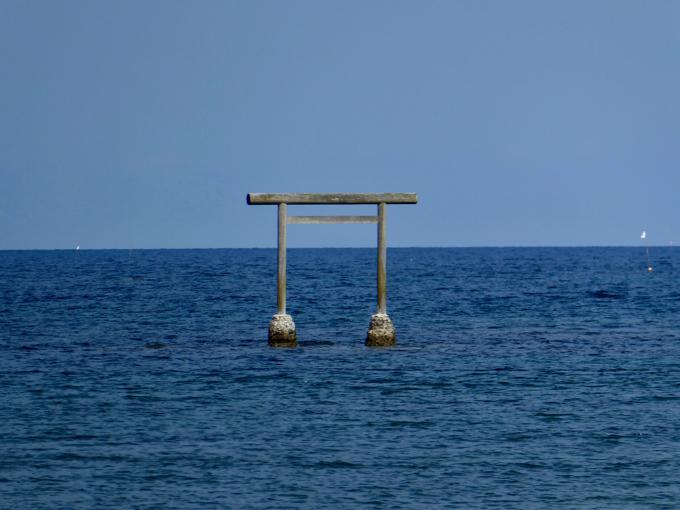 見附島の脇の海上に鳥居が建っている
