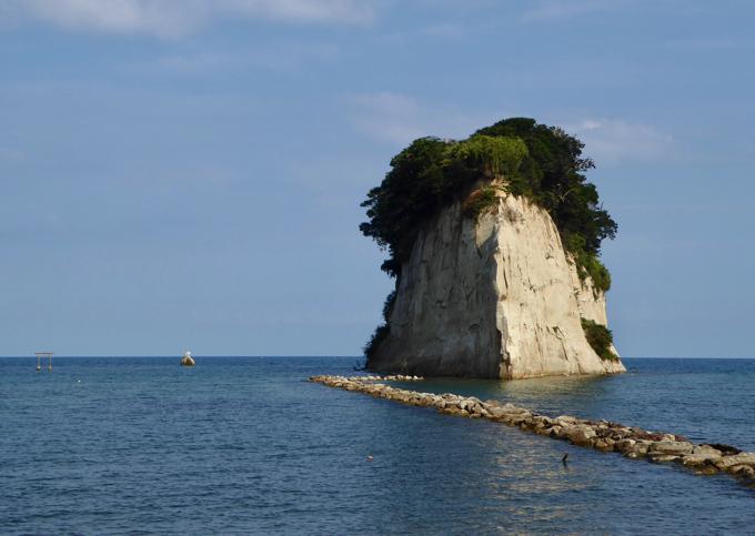 見附島が造形的には軍艦島No.1だと思う