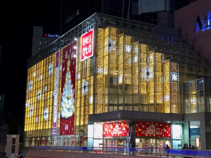 仙台駅前の街はクリスマスの装いで輝いています